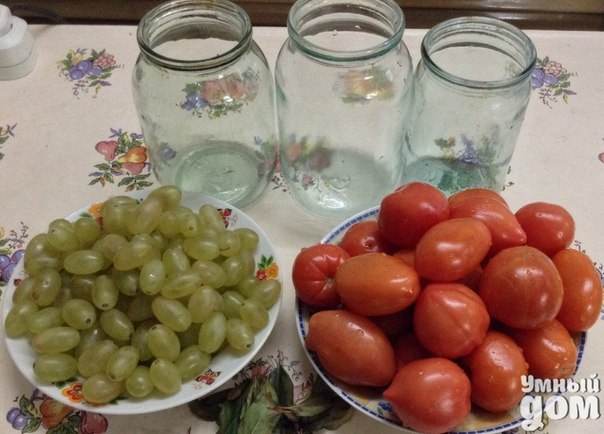 """Томаты с виноградом - Необычный рецепт зимы Вкус пряных """"золотых яблок"""" (так в переводе с испанского звучит название помидоров)благодаря винограду приобретает ни с чем несравнимый оттенок, и вместе овощи и фрукты выглядят очень эффектно. Это замечательное сопровождение к любому основному блюду и украшение праздничных трапез. Ингредиенты на 3 л: 1,5-2 кг томатов сливок или черри 1 чили 1 кисть мускатного винограда 1 головка чеснока 2 лавровых листа 5-6 листьев смородины 1 ст. л. соли…"""