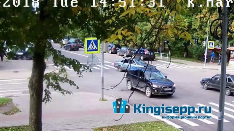 Две Лады встретились у полиции. Видео момента ДТП в Кингисеппе с веб-камеры KINGISEPP.RU