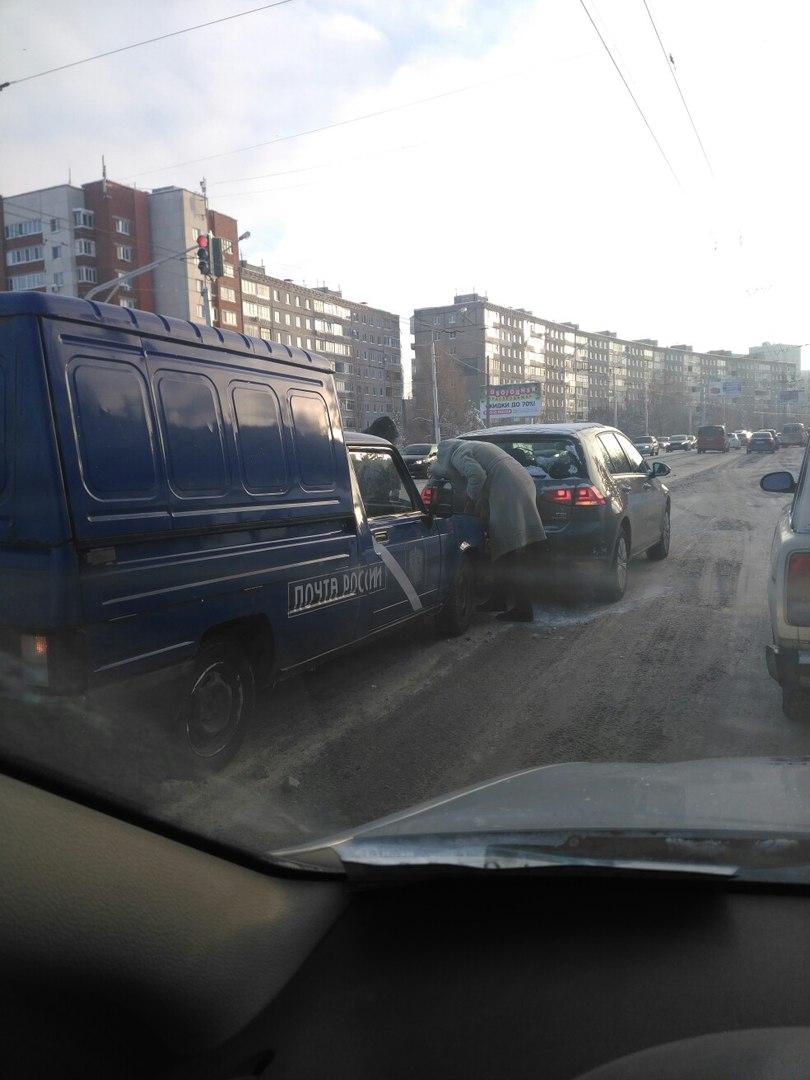 В Уфе столкнулись автомобиль «Почта России» и легковушка