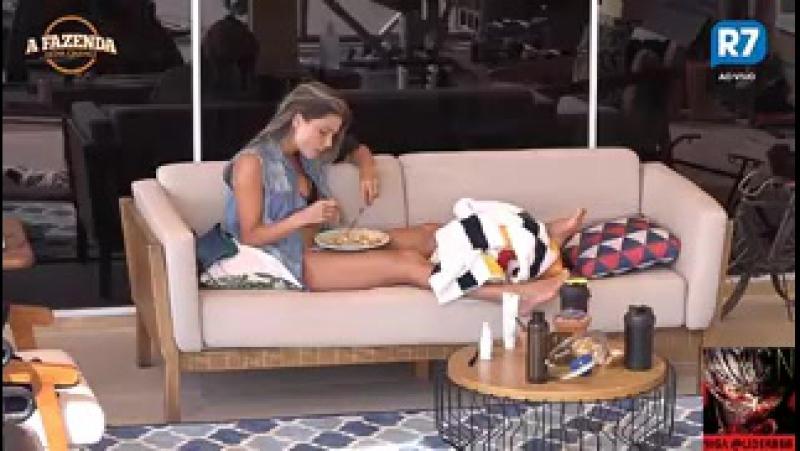 Marcelo ajuda Flávia com tornozelo machucado e atriz nega beijo a peão