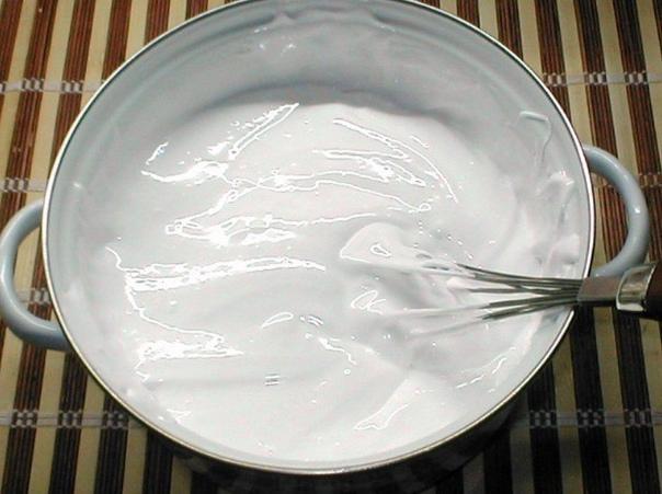 Зефир по-домашнему Ингредиенты:Сахар 4 стЖелатин 2 ст.л.Лимонная кислота 1 ч.л.Сода 0,5 ч.лКак приготовить:1. Замачиваем заранее желатин (2 ст.л. с верхом на 100 г. воды).2. В кастрюлю высыпаем