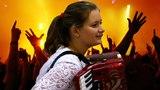 ТУЧИ В ГОЛУБОМ ❤️Очаровательная ДЕВУШКА очень красиво ПОЕТ под аккордеон ❤️The girl on the accordion