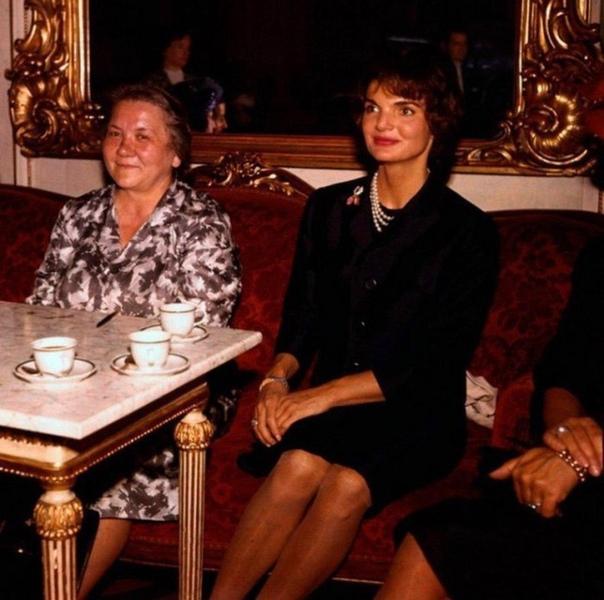 На фото: первые леди двух государств Нина Xрущёва и Жaклин Кеннеди.