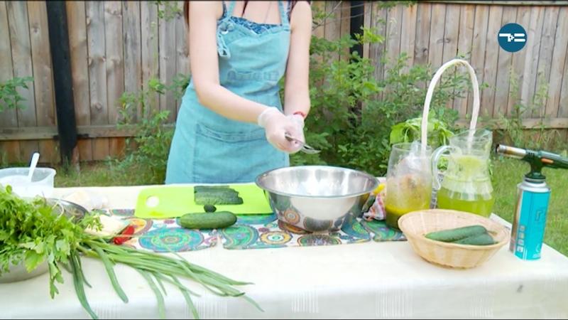 Сезонная еда: огурцы и зелень
