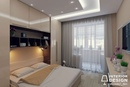 Маленькая спальная комната с оригинальным решением для организации большого количества зон…