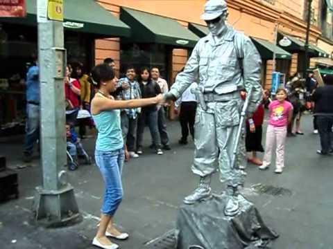 Un soldado plateado le juega una broma a una chica