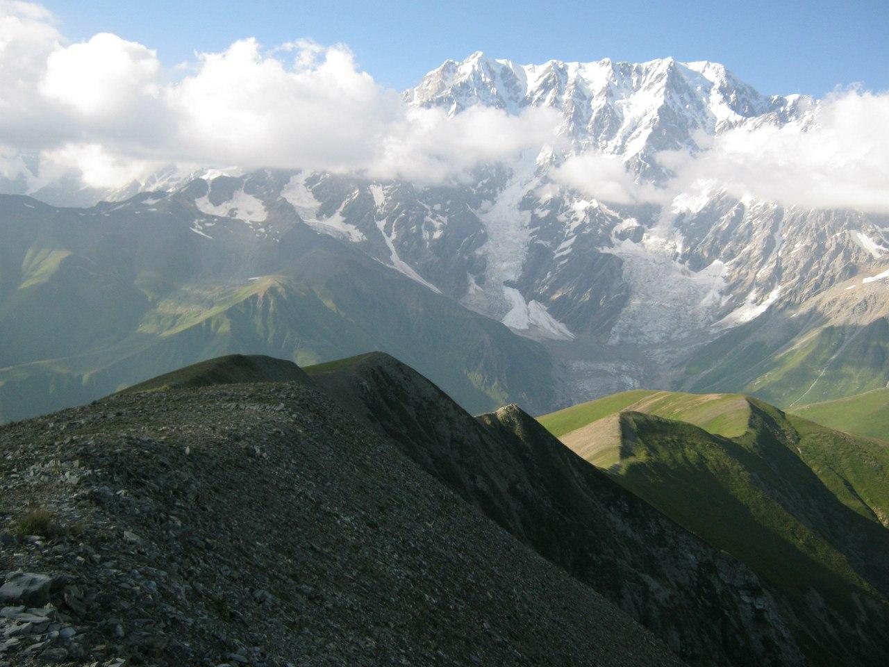 В горах Верхней Сванетии... Пик вдали - это Шхара (около 5150м). Снимок с высоты 3000м недалеко от перевала дороги Лентехи-Цана-Ушгули.