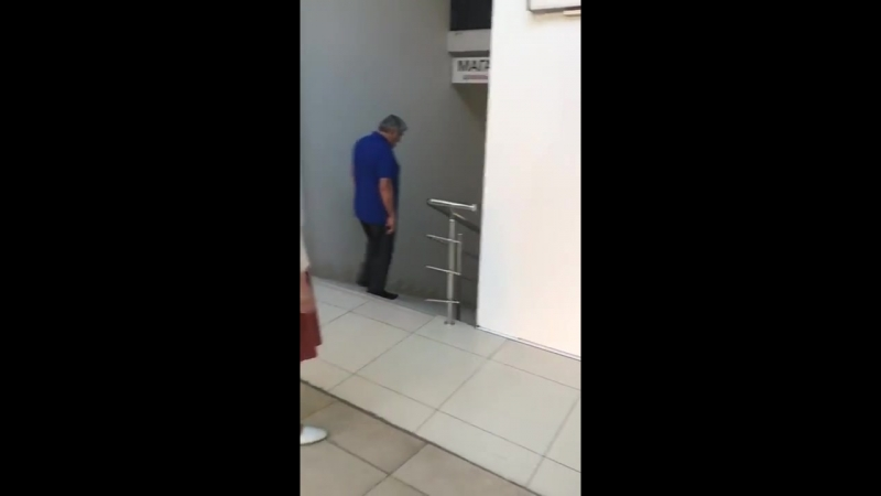 В торговом центре в Сочи семья с детьми оказалась заблокирована в лифте