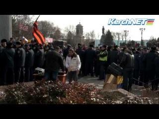 Украина,Крым.КЕРЧЬ:Вчера тысячи керченцев разогнали Майдан у горисполкома. Яйцом по бандеровцам!