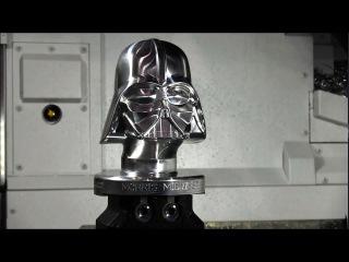 Токарно-фрезерный 5 осевой станок с ЧПУ вытачивает шлем Дарт Вейдера.