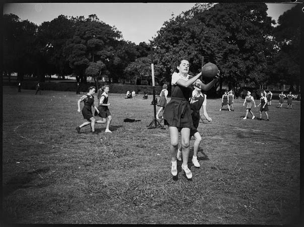 Серия фотографий из номера австралийского журнала PIX от 6 июля 1946 года.