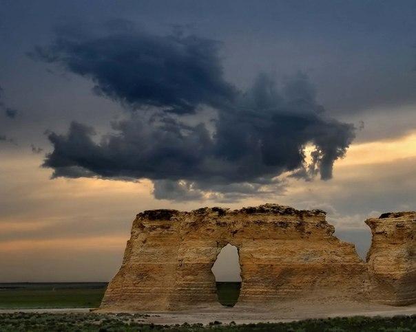Дракон, садящийся в гнездо в небе Канзаса