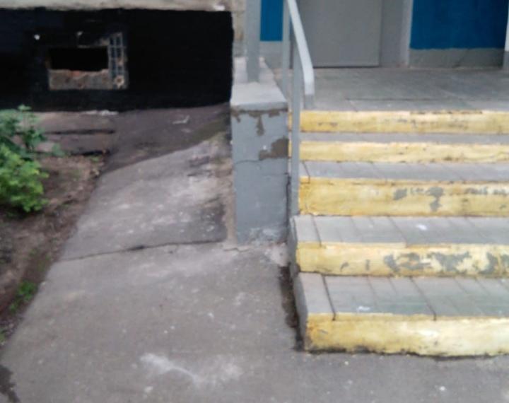 Лестницу отремонтировали у подъезда дома на Илимской