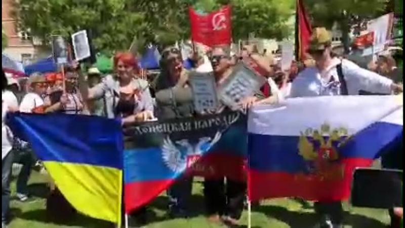 Флаги России, Украины и ДНР на акции Бессмертный полк в Лиссабоне, Португалия