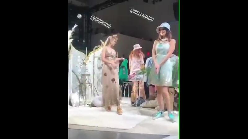 Gigi e Bella Hadid dançante no final do desfile para Anna Sui durante o NYFW em Nova York hoje - 10 de setembro.