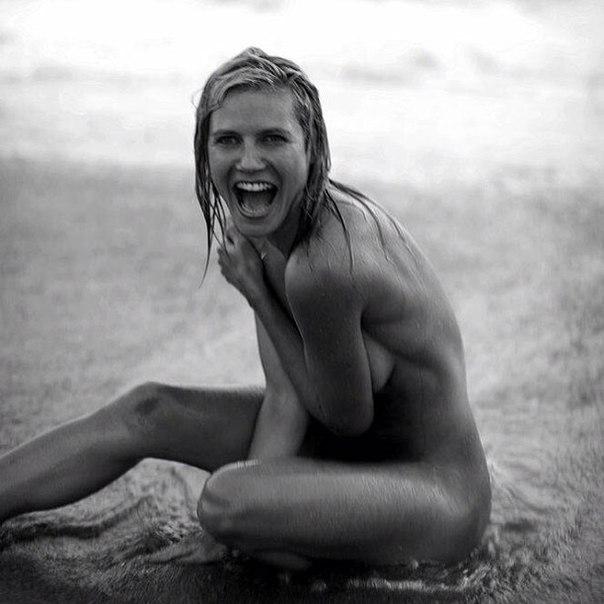 Фото с нудиского пляжа девушки