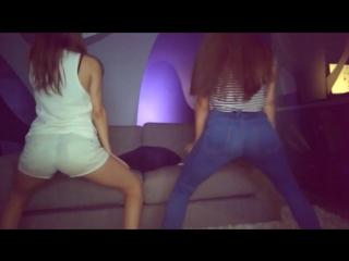 Школьницы пьяные на вписке трясут попой танцую тверк в коротких шортиках и обтягивающих джинсах