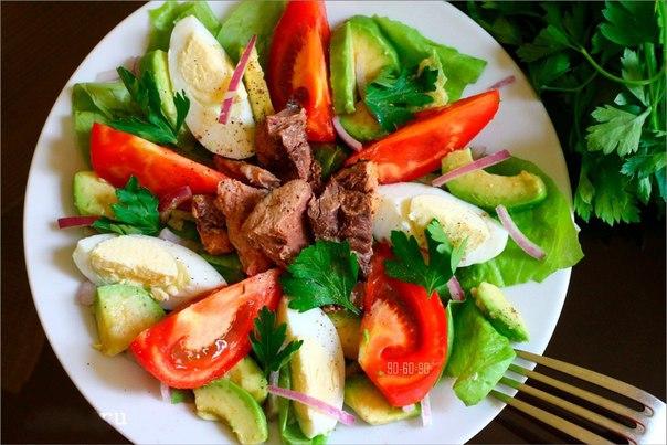 Салат с авокадо и консервами