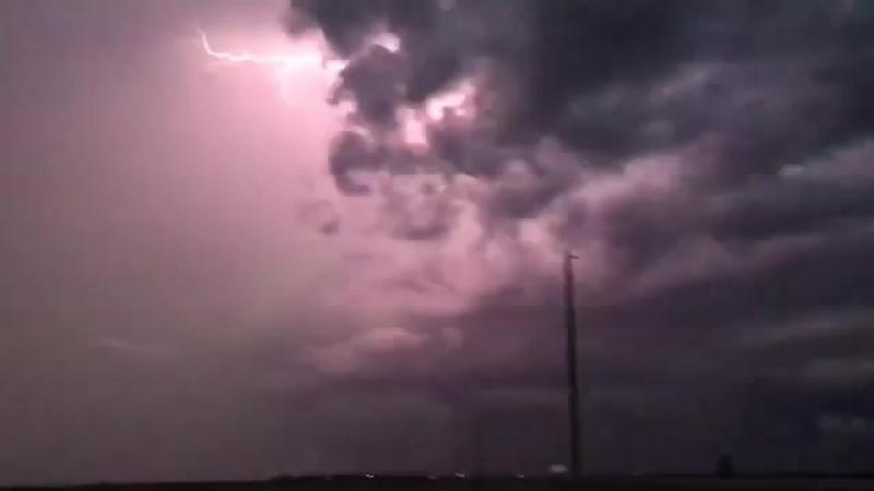 16 июня...Непрерывная молния с сильным штормом к северу от Гурон Южная Дакота