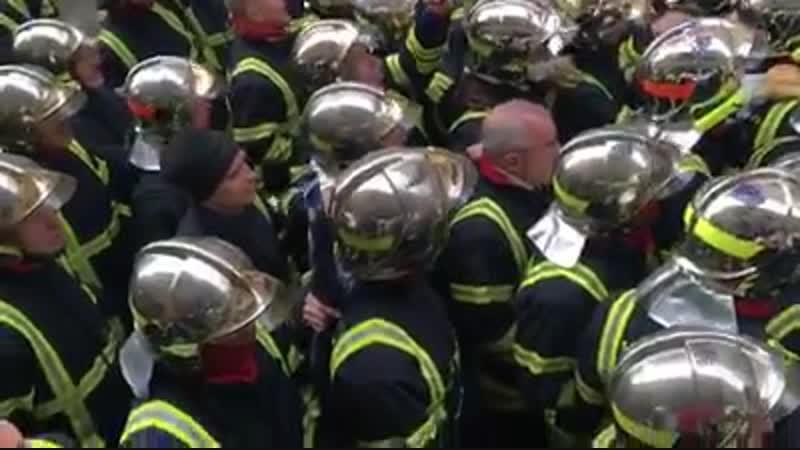 Pompiers français face à CRS français qui chantent la marseillaise à Lyon France