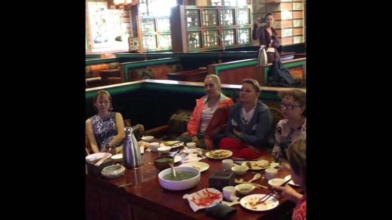 Наша группа путешественников благополучно добралась до Лхасы. Первый ужин на тибетской земле. Ужинаем в аутентичном тибетском ре