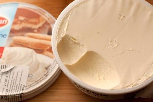 тирамису с клубникой что нужно: бисквитное печенье (савоярди) 200 гклубника замороженная 250 гапельсиновый сок 100 млкуантро 60 млсахар-песок 90 гяичный белок 2 шт.лимонный сок 5 мляичный