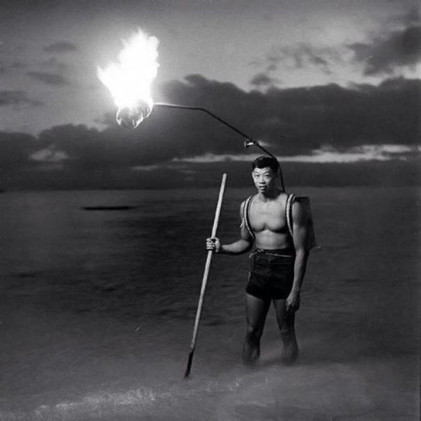 Рыбак с копьём. Интересный способ рыбалки. 1948г.Гавайские острова