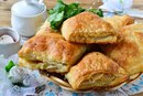 Быстрые пирожки с цыпленком и помидорами