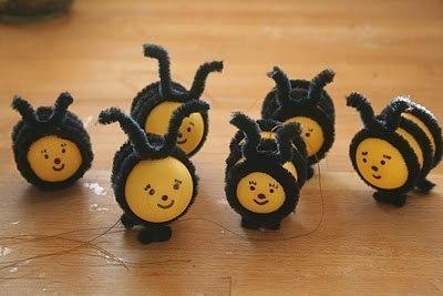"""ПОДЕЛКА """"Пчелки в сотах"""" Чтобы сделать веселых пчелок, потребуются пластиковые контейнеры от «киндер-сюрпризов», перманентный маркер и синельная проволока черного цвета. Для 1 пчелы нужно взять 3 кусочка проволоки и обмотать каждым из них пластиковое яйцо, загибая кончики наподобие лапок или усиков. Получилась полосатая пчелка. Маркером нарисуем ей забавную рожицу. Чтобы красиво разместить пчел, сделаем для них соты. Для этого возьмем несколько трубок от туалетной бумаги и сплющим…"""