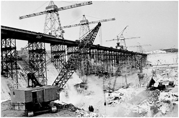 Начало 70-х годов. Строится ГЭС. Фото: Э.Д. Брюханенко