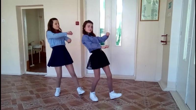 Классный танец двух школьниц в стенах школы.