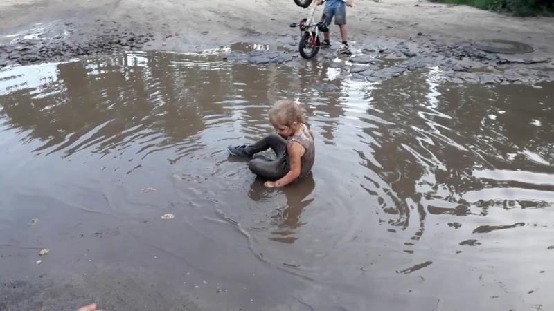 Девочка подумала что лужа это речка. Смешное видео про детей