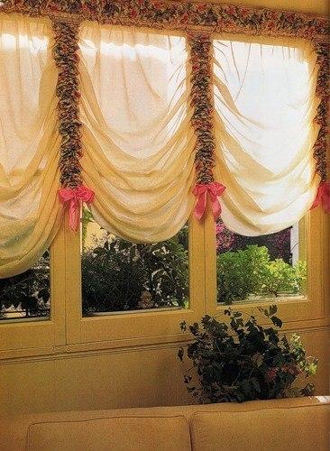 Как сшить шторы своими руками: шторы в венецианском стиле. Пошаговое описание Нежная штора в венецианском стиле сшита из натурального светлого муслина. Собирают штору в складки, формируя фестоны, вертикальные полосы из разноцветного набивного атласа, заканчивающиеся розовыми атласными бантами. Крепление шторы к окну спрятано: штанга продета внутрь полосы из набивного атласа, что дополнительно придает шторе легкость и воздушность.Размер: для окна 1,50 х 1,20 м Вам потребуется: Набивной атлас 80…