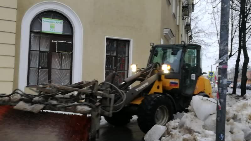 Чистят тротуары в Колпино, очень сложно пройти.