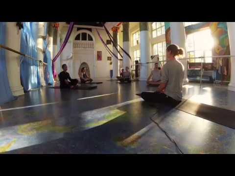 Красивое Йога видео (практика в зале)