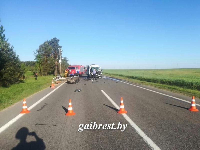 В Каменецком районе микроавтобус врезался в погрузчик, погиб ребенок