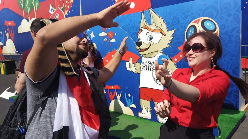 Даша и египетский болельщик танцуют неистово