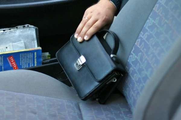 Полицейские Таганрога задержали мужчину, укравшего барсетку с деньгами