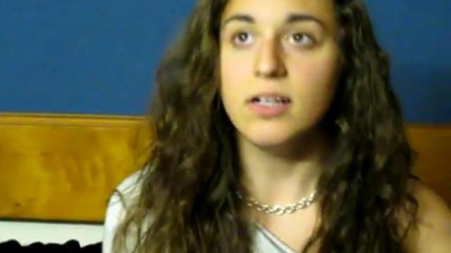Девушка имитирует голоса животных и птиц
