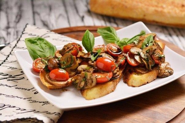 Брускетта с жареными грибами и свежими помидорами