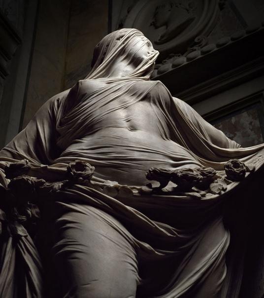 Фото мраморной скульптуры «Veiled Truth»