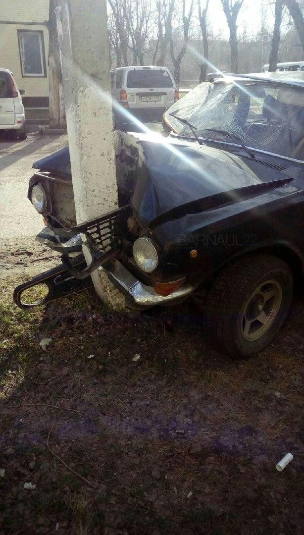 В Барнауле пьяные гонщики разбили машину о бетонный столб и скрылись с места ДТП