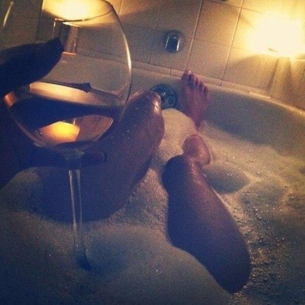 Девушка принимает ванну, попивая шампанское  258242