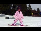 Годовалый ребенок катается на сноуборде