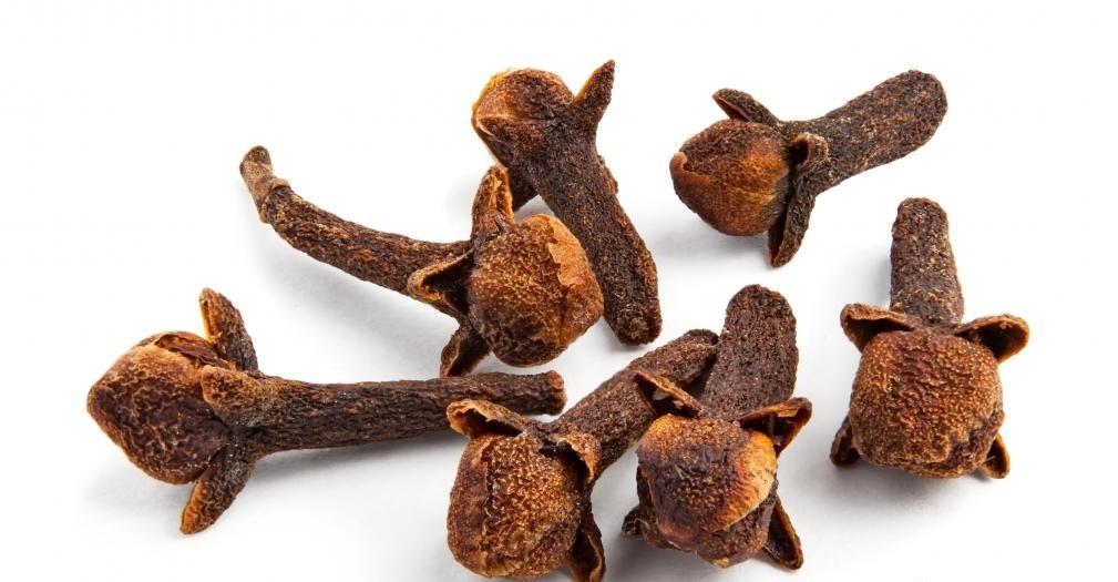 Масло из гвоздики можно использовать для лечения боли в зубах.