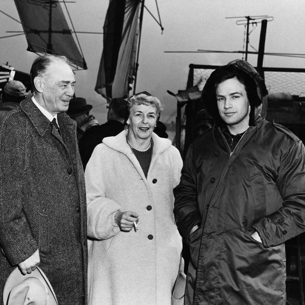 Марлон Брандо с родителями на съёмках фильма «В порту» (1954)