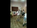 Девочки-мальчики танцуют