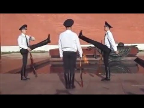 Смена почетного караула на посту №1 в Москве. Могила неизвестного солдата.
