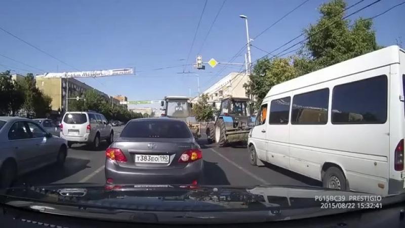 Трактористы красиво ушли со светофора