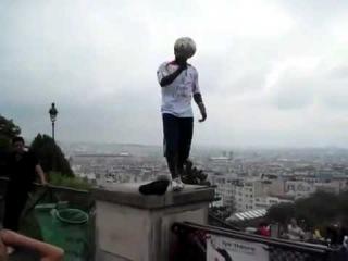 Крутые трюки с футбольным мячом на крыше дома